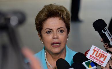 A presidenta Dilma Rousseff fala à imprensa no Palácio Itamaraty (Wilson Dias/Agência Brasil)