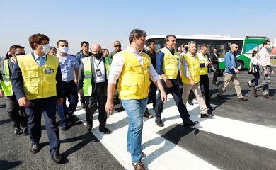 O presidente da República, Jair Bolsonaro, visita as obras de recuperação da pista principal do Aeroporto de Congonhas