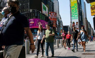Pessoas usam máscaras na Times Square, enquanto os casos da variante Delta do coronavírus continuam aumentando na cidade de Nova York