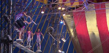 O trapezista Tibério César coordena as acrobacias