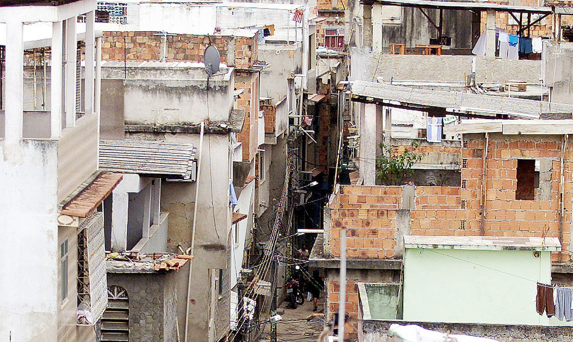 - PHOTO TAKEN 16JUL01 - A view of the Jacarezinho slums in northern Rio de Janeiro is shown in this ..