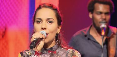 Clara Gurjão se apresenta no Ao vivo entre amigos