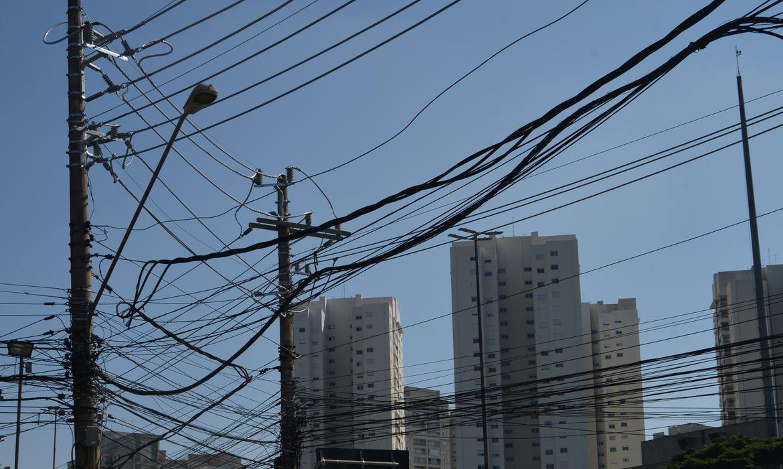 São Paulo - As agências Anatel e Aneel notificaram as operadoras Claro, Oi, TIM e Vivo para regularizarem suas instalações em postes de eletricidade da AES Eletropaulo