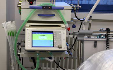 Dispositivo de respiração artificial especial em uma Unidade de Terapia Intensiva (UTI).