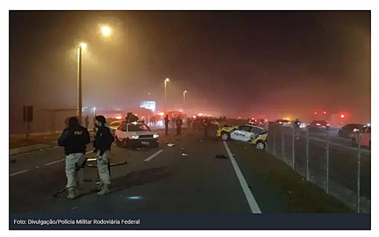 Engavetamento de 22 veículos no Paraná mata sete pessoas  Má visibilidade causada por nevoeiro contribuiu para o acidente