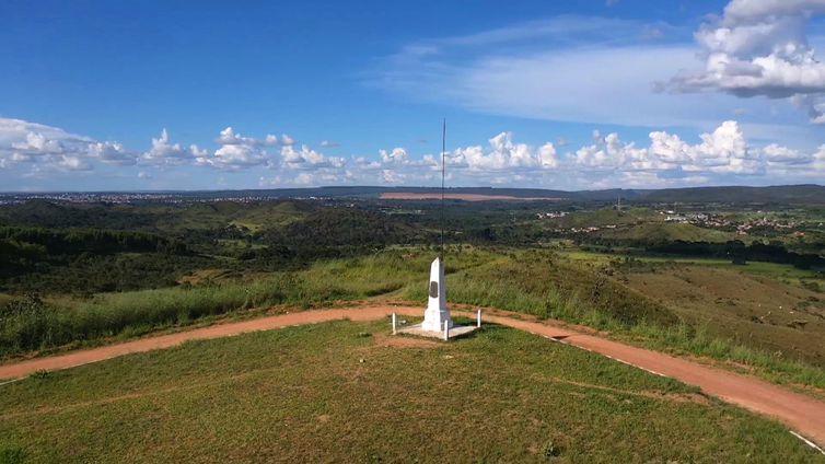 O obelisco, que é a pedra fundamental de Brasília, foi instalado no alto de um morro em Planaltina (DF) no dia 7 de setembro de 1922