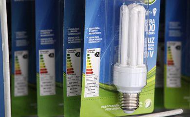 Usar lâmpadas mais econômicas em casa é uma dica para pagar menos na conta de luz