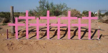 Cruzes colocadas em Chihuahua, onde foram encontrados 8 corpos de mulheres vítimas de feminicídio em 1996