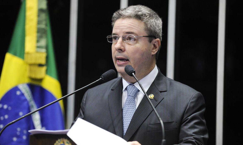 Senador Antonio Anastasia (PSDB-MG) discursa na tribuna do Plenário onde comentou a inclusão de seu nome no inquérito da Operação Lava-Jato (Moreira Mariz/Agência Senado)