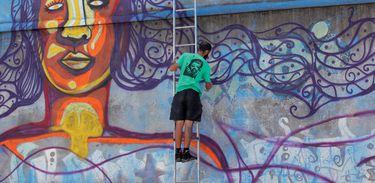 Artistas criam obras que expressam relatos de migrantes brasileiros