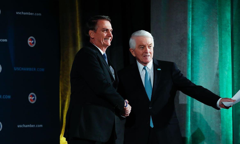 Presidente da República Jair Bolsonaro cumprimenta o senhor Tom J. Donohue, CEO da U.S. Chamber of Commerce.