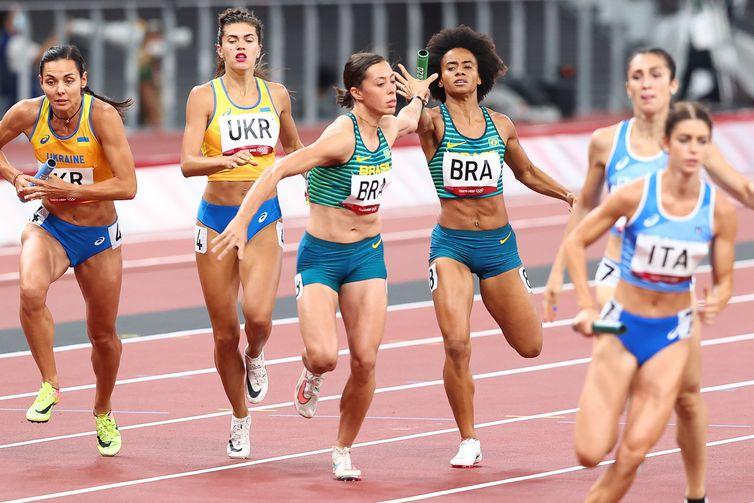 Brasil bate recorde sul-americano, mas não vai à final no revezamento 4x400m misto.