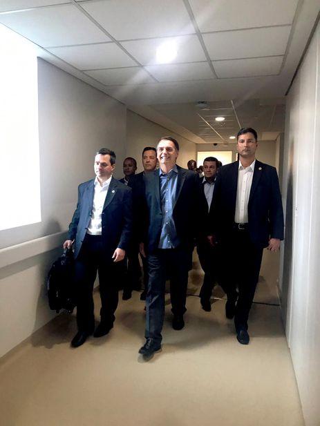 Presidente Jair Bolsonaro, após alta, durante saída do Hospital Albert Einstein.