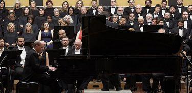 O pianista Alexandre Dossin toca com a Orquestra Sinfônica de Porto Alegre