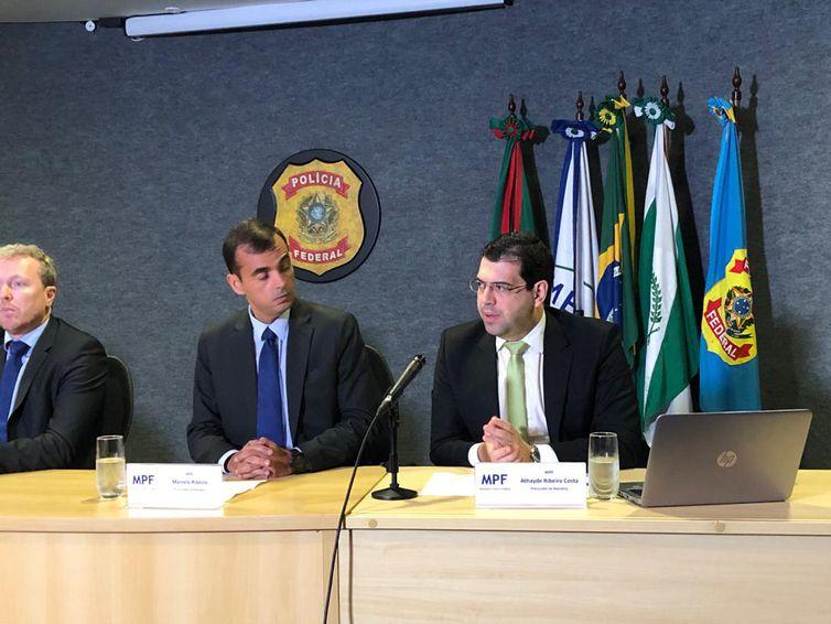 O procurador da República Athayde Ribeiro Costa durante entrevista à imprensa na sede da Polícia Federal, em Curitiba