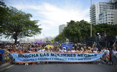 Quarta Marcha das Mulheres Negras em Copacabana, no Rio de Janeiro, protesta contra a violência que atinge as mulheres negras em todo o país.