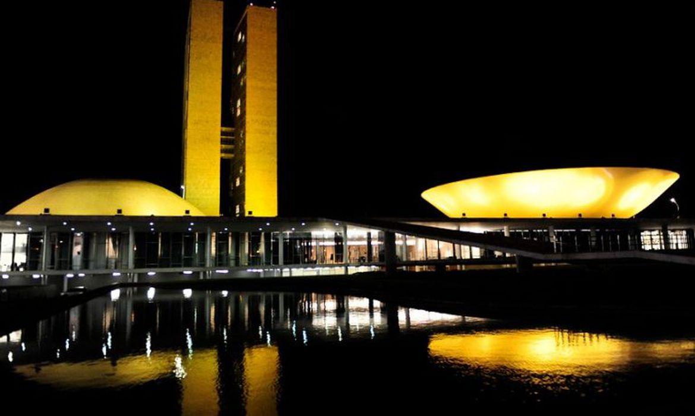 Congresso recebe iluminação amarela em apoio à campanha de conscientização sobre as hepatites virais
