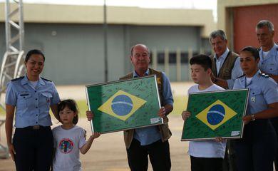"""Em fala a integrantes da operação de resgate dos brasileiros, o ministro da Defesa, Fernando Azevedo, disse que o sentimento era de """"orgulho, de missão cumprida"""""""