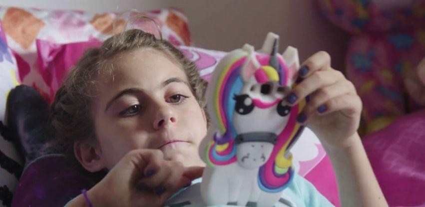 A menina Mel segue as tradições de sua família no judaísmo