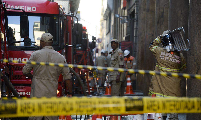 Incêndio atinge boate Quatro Por Quatro no centro do Rio de Janeiro, bombeiros trabalham no local.