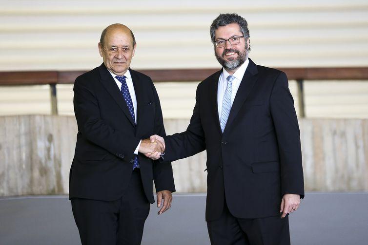 O ministro das Relações Exteriores, Ernesto Araújo, recebe o ministro da Europa e dos Negócios Estrangeiros da França, Jean-Yves Le Drian, no Palácio Itamaraty, em Brasília.