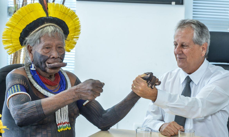 O ex-presidente da Funai Antonio Fernandes Toninho Costa, com o cacique Raoni - Divulgação Funai