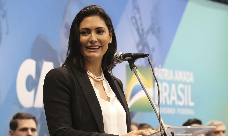 A primeira-dama, Michelle Bolsonaro, fala durante a cerimônia de assinatura do termo de compromisso entre a Caixa Econômica Federal e o Comitê Paralímpico Brasileiro, no Centro de Treinamento Paralímpico.