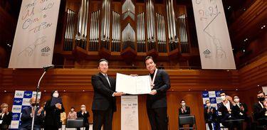 Maestro José Soares recebendo os prêmios do Júri e do público