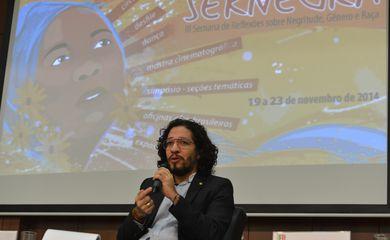 Deputado Jean Wyllys (PSOL-RJ) participa dos debates da Semana de Reflexões sobre Negritude, Gênero e Raça (Antônio Cruz/Agência Brasil)