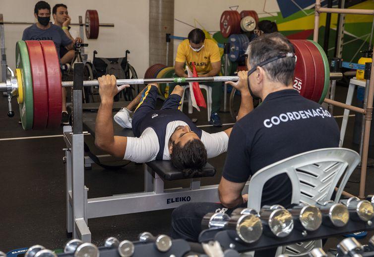 João Maria França em simulado de competição de Halterofilismo no CT Paralímpico, em São Paulo.