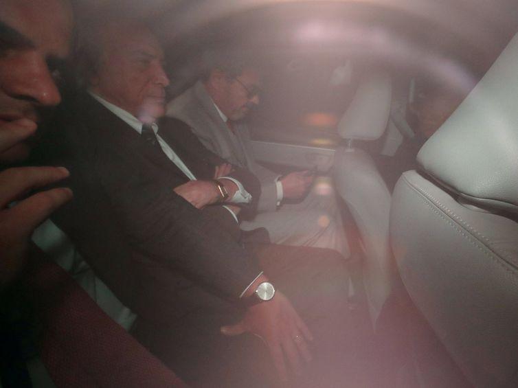 Ex-presidente Temer deixa sua casa para se apresentar à PF