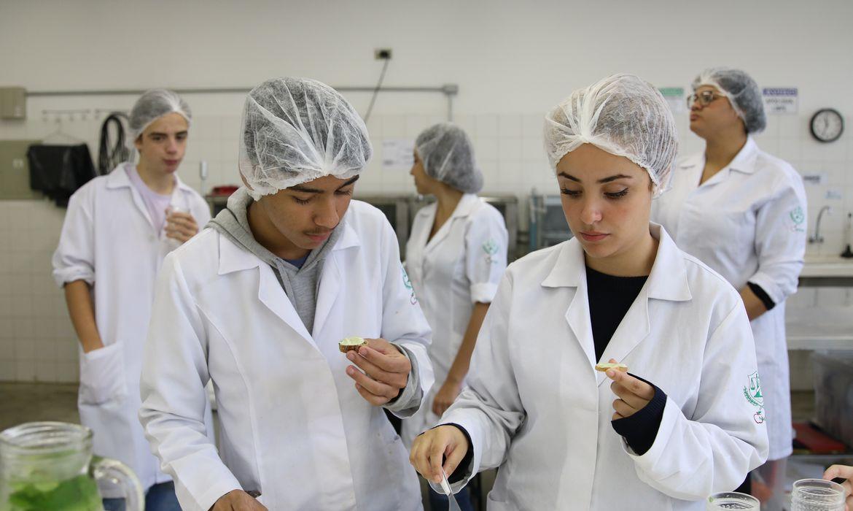 São Paulo - Robson Oliveira e Esther dos Santos, alunos do curso técnico de nutrição e dietética da Escola Técnica Estadual (Etec) Heliópolis, preparam patê com talos da horta cultivada no pátio da escola e vencedora do Prêmio Desafio 2030,
