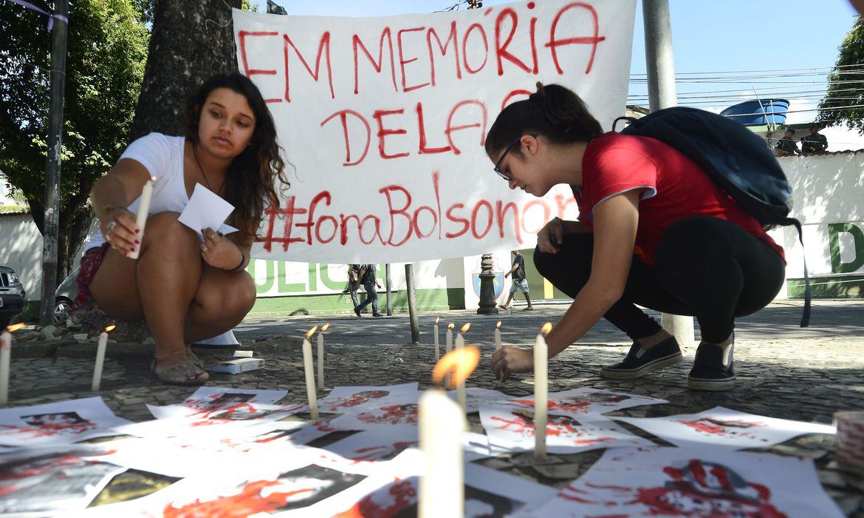 Rio de Janeiro - Ato em memória das mulheres vítimas da ditadura militar, em frente ao 1º Batalhão de Polícia do Exército, onde funcionou o Doi-Codi, no bairro do Andaraí    (Tânia Rêgo/Agência Brasil)