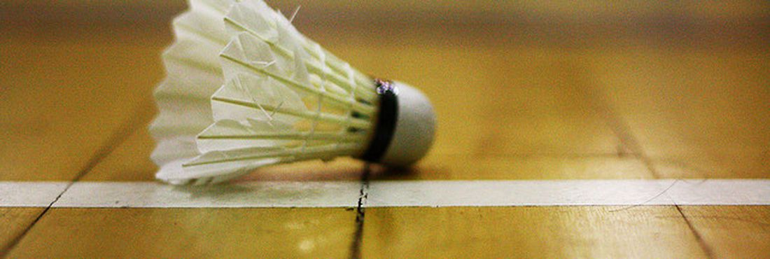 Esporte olímpico, o badminton é praticado com raquete e peteca e usa uma rede para separar os jogadores rivais