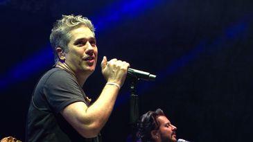 Vocalista Marcelo Flausino em show do Jota Quest gravado pela TVE Bahia