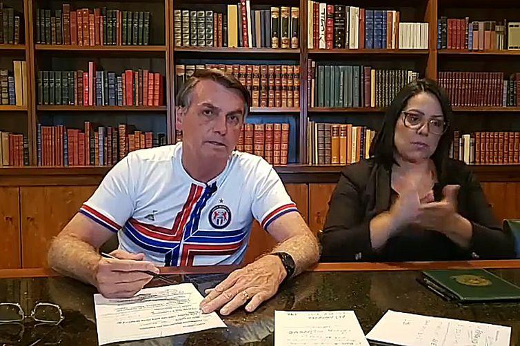 Presidente Jair Messias Bolsonaro fala #AoVivo sobre as ações desenvolvidas pelo governo ao longo da semana. Assista: