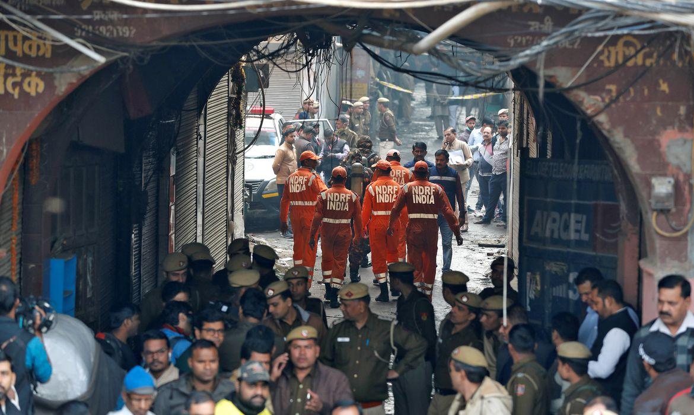 incêndio que varreu uma fábrica onde trabalhadores dormiam, em Nova Délhi REUTERS/Adnan Abidi