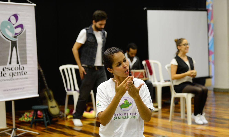 Rio de Janeiro - Tradução em Libras de encenação com temática inclusiva no lançamento de mais uma turma do projeto Agentes de Promoção da Acessibilidade, na biblioteca da Rocinha  (Fernando Frazão/Agência Brasil)