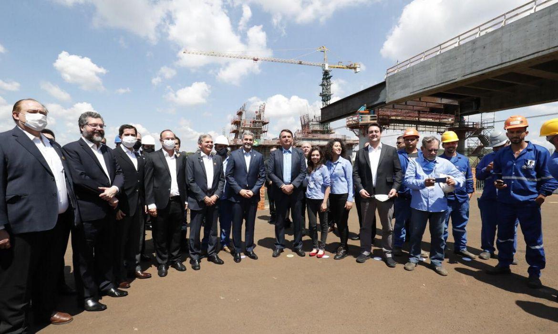 Acompanhado do Presidente do Paraguai, Mario Abdo Benítez, o Presidente Jair Bolsonaro, visitou, nesta terça-feira (1), as obras da Ponte da Integração Brasil-Paraguai.