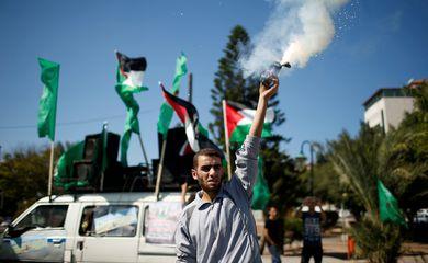 Palestino solta fogos de artifício para comemorar acordo entre ex-rivais Hamas e Fatah