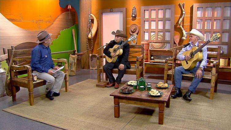 Luiz Rocha tem um dedo de prosa com os violeiros Zé do Cravo & Loreto no Brasil Caipira