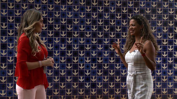 Priscila Rangel conversa com mestras da dança.