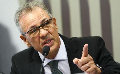 O ministro de Minas e Energia, Bento Albuquerque, participa de audiência pública na Comissão de Serviços de Infraestrutura do Senado.