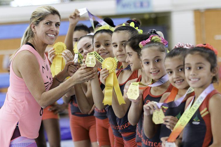 Equipe brasiliense de ginástica acrobática que ganhou várias medalhas nos Estados Unidos, posa para fotos com sua técnica, Márcia Janete.