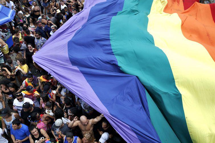 Rio de Janeiro - A 22ª edição da Parada do Orgulho LGBT (Lésbicas, Gays , Bissexuais, Travestis, Transexuais e Transgêneros) leva milhares de pessoas à Praia de Copacabana (Tânia Rêgo/Agência Brasil)