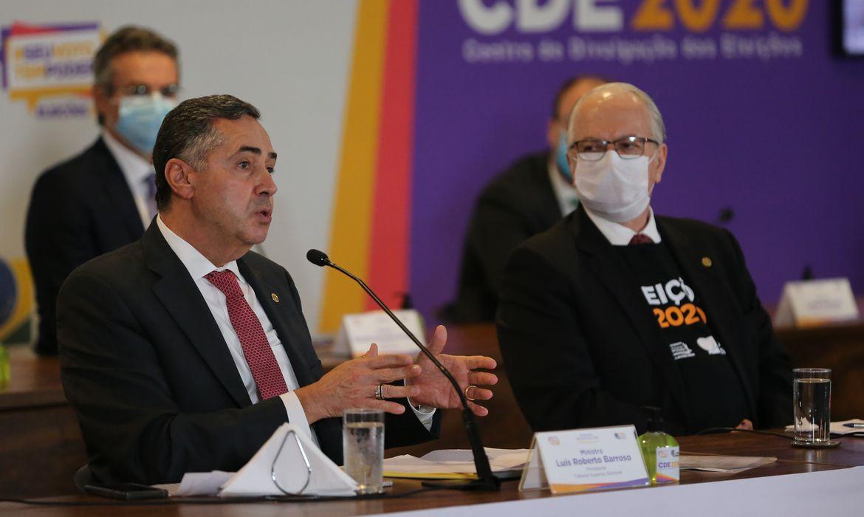 O presidente do TSE, ministro Luís Roberto Barroso e o vice-presidente, Edson Fachin, durante a coletiva de imprensa, sobre as eleições municipais 2020