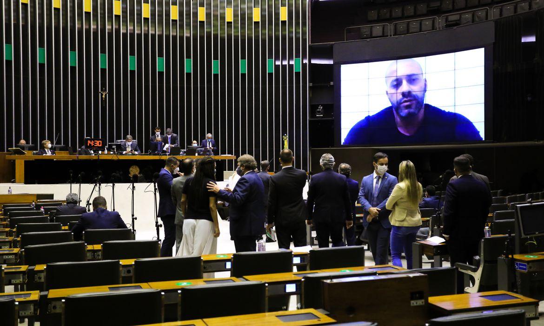 Deputados votam sobre manutenção da prisão de Daniel Silveira
