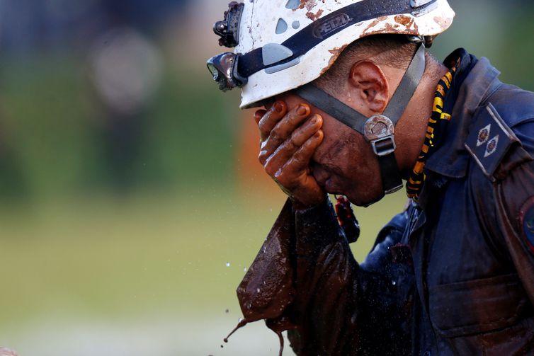 Um membro da equipe de resgate reage, após retornar da missão, após o colapso de uma barragem de rejeitos pertencente à mineradora brasileira Vale SA, em Brumadinho, Brasil, em 27 de janeiro de 2019. REUTERS / Adriano Machado