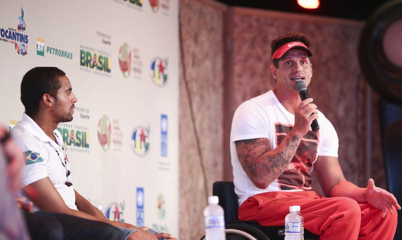 Fernando Fernandes e Allan do Carmo treinam com atletas indígenas (Roberto Castro/ME)