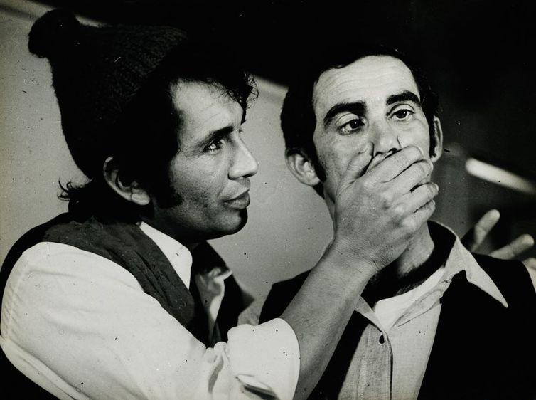 """Renato Aragão e Dedé Santana em cena no filme """"Ali Babá e os quarenta ladrões"""", 1972"""
